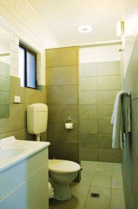 motel meneres queen room 1 bathroom