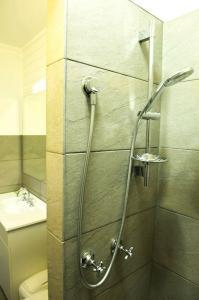 motel meneres queen room bathroom