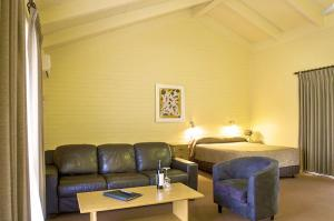 motel meneres upstairs suite lounge